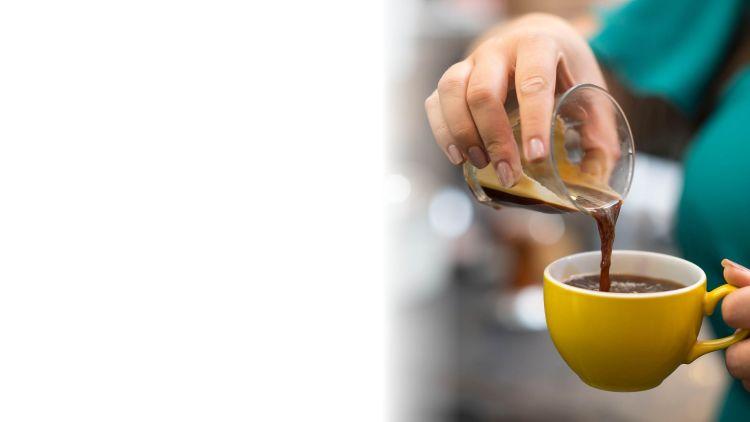 Espresso'n cael ei arllwys i gwpan melyn llachar